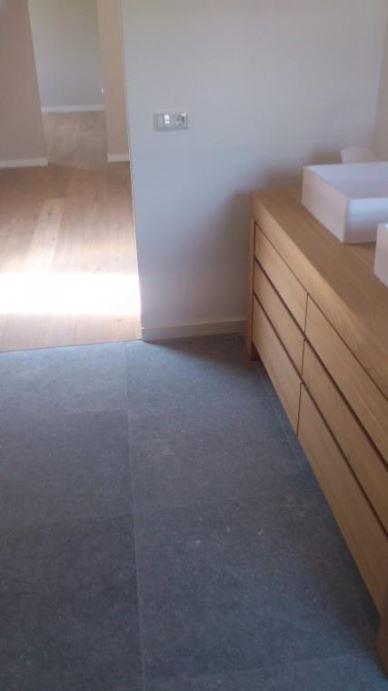 Slaapkamer houten vloer en badkamer meubel